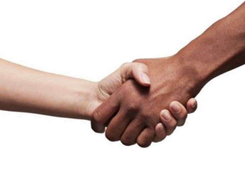 Приветствуйте собеседника любого уровня и социального положения рукопожатием