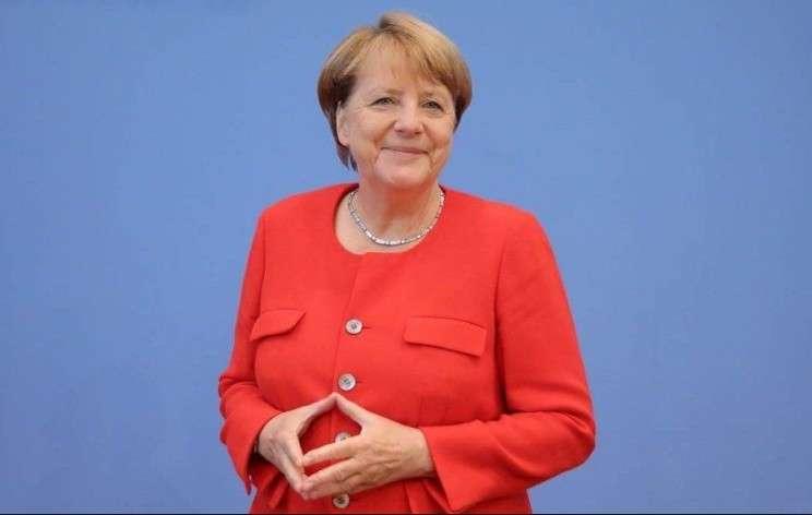 Приобрести большую уверенность в себе в процессе разговора помогут пальцы «домиком», как у Ангелы Меркель